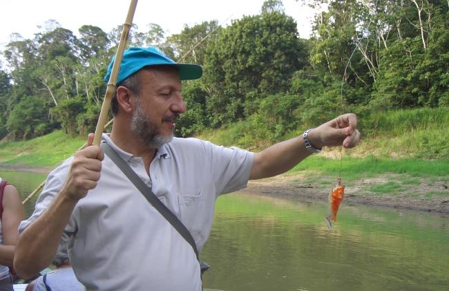 Márcio de Ávila Rodrigues com uma piranha
