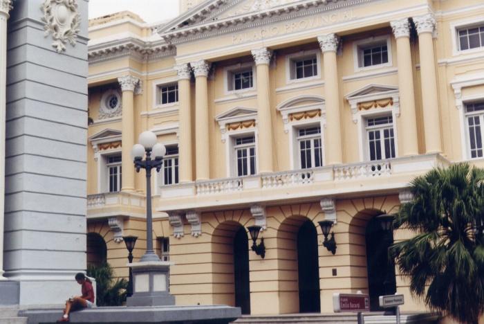 Em Santiago de Cuba tirei esta foto do atual Museu Emílio Bacardi (homenagem ao filho do fundador e principal desenvolvedor da empresa)