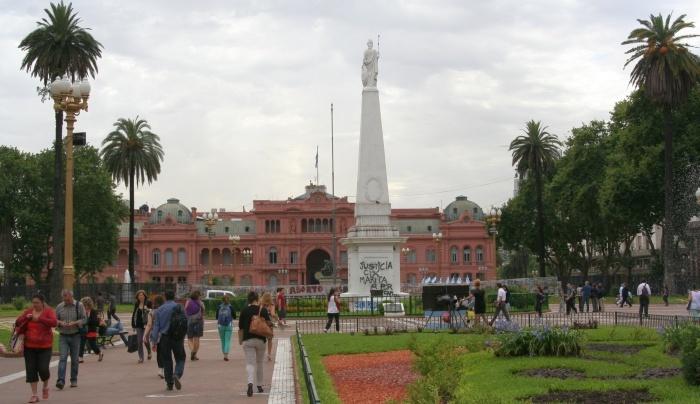 Ilustro a matéria com uma imagem que fiz da Casa Rosada, palácio presidencial e símbolo do poder na Argentina