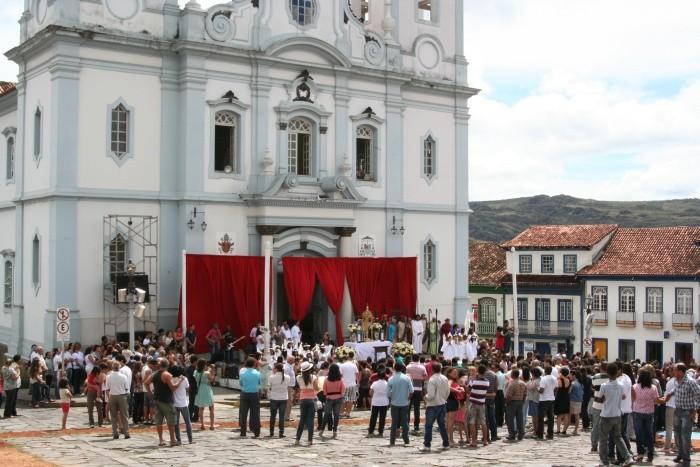 Ilustro a matéria com uma foto da catedral de Diamantina durante a semana santa de 2012 (08 de abril).  O pano vermelho faz parte do palco que foi usado nas cerimônias religiosas, na porta da igreja.